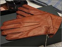 6376c12adcc8 ネクタイと手袋で評判の高いイタリアの老舗ブランド。 デンツと双璧を成し、比較されることが多い。 お値段はナッパ(羊革)なら1万5千円程から展開。